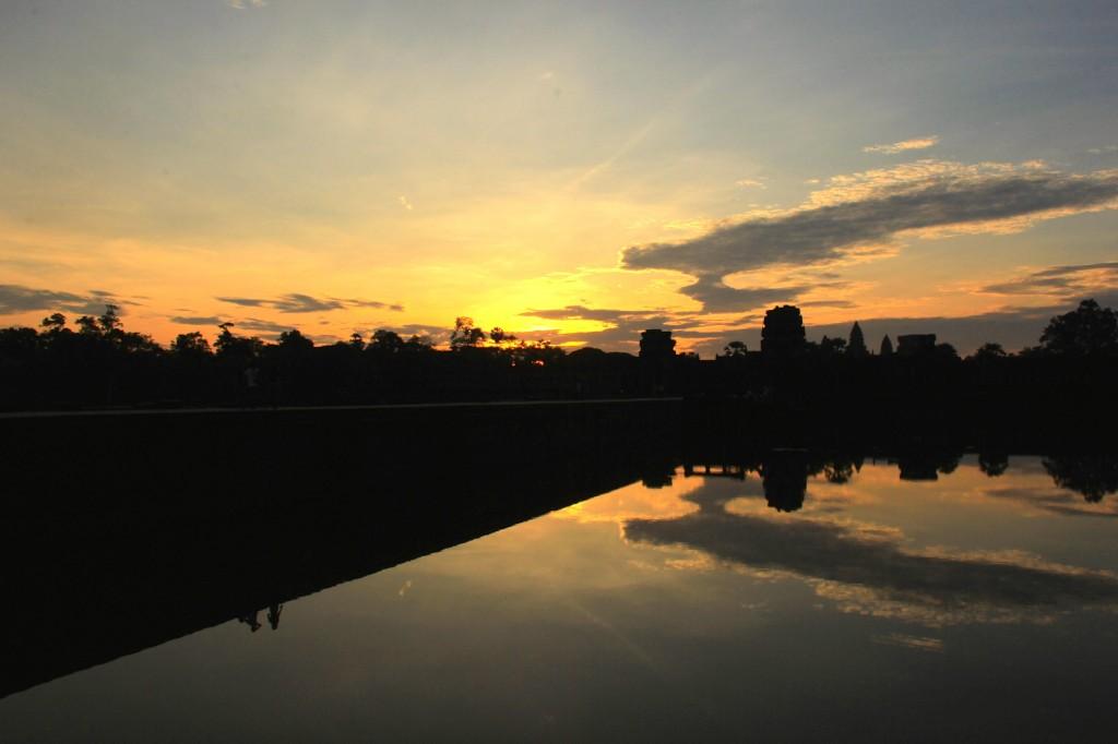 O dia nascendo em Angkor Wat
