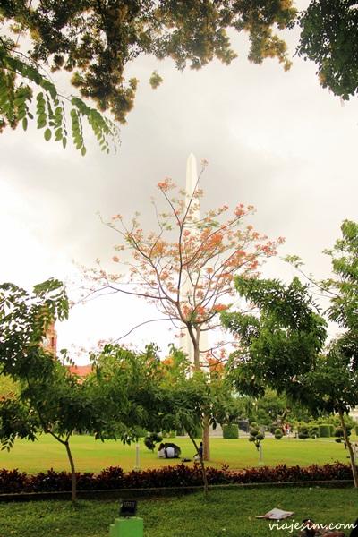 Obelisco em parque no Centro de Yangon