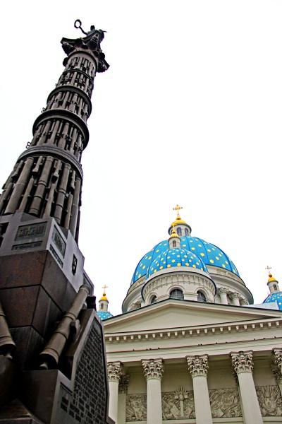 Monumento em homenagem à vitória sobre a Turquia e Catedral da Santa Trindade