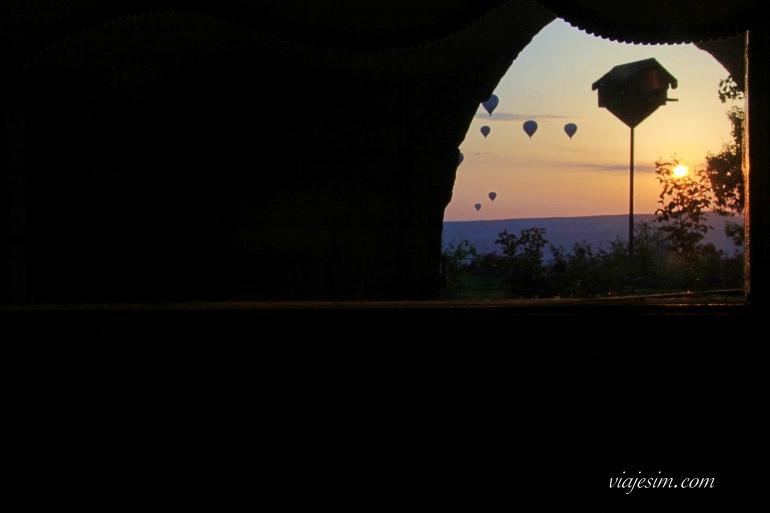 Vista do amanhecer de dentro do quarto do Museum hotel na Capadócia