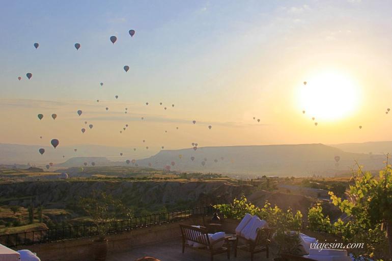 Sol nascendo na Capadócia com balões no céu
