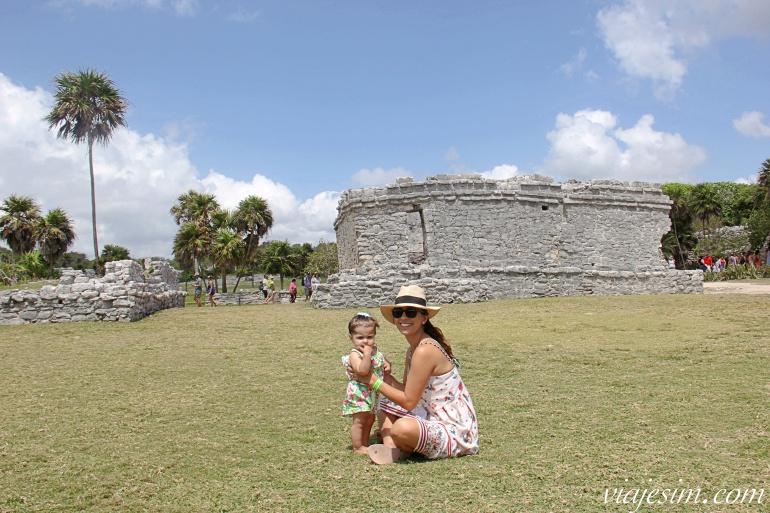 Mãe e bebê nas ruínas de Tulum, no México