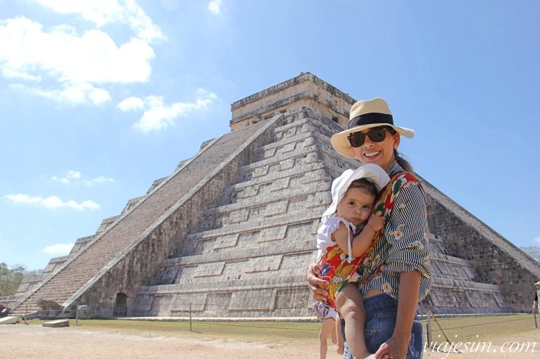 Mãe e bebê de 1 ano em frente à pirâmide de Chichen Itzá no México