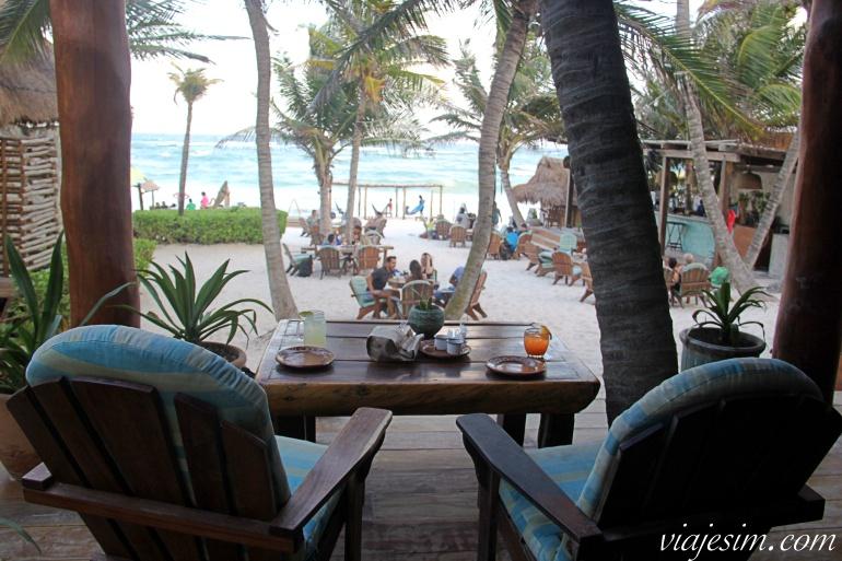 Vista das cadeiras de charmoso restaurante à beira da praia em Tulum