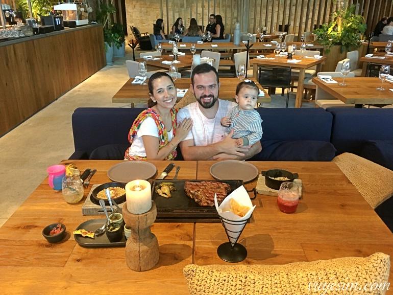 Família com bebê à mesa com carne e comida mexicana com totopos em restaurante Sonora Girl em Playa Del Carmen