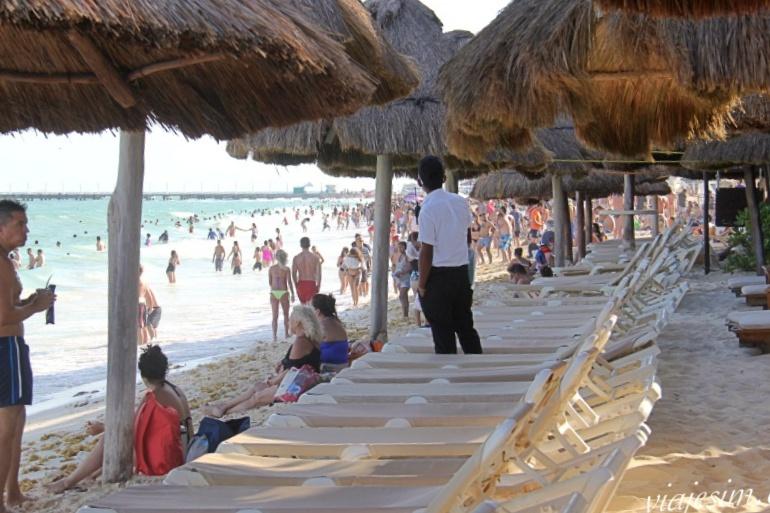 Praia de Playa del Carmen super lotada durante Spring Break dos estados unidos