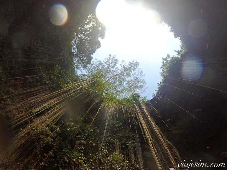 Vista do céu no buraco que se abre acima do cenote Ik Kil na Riviera Maia
