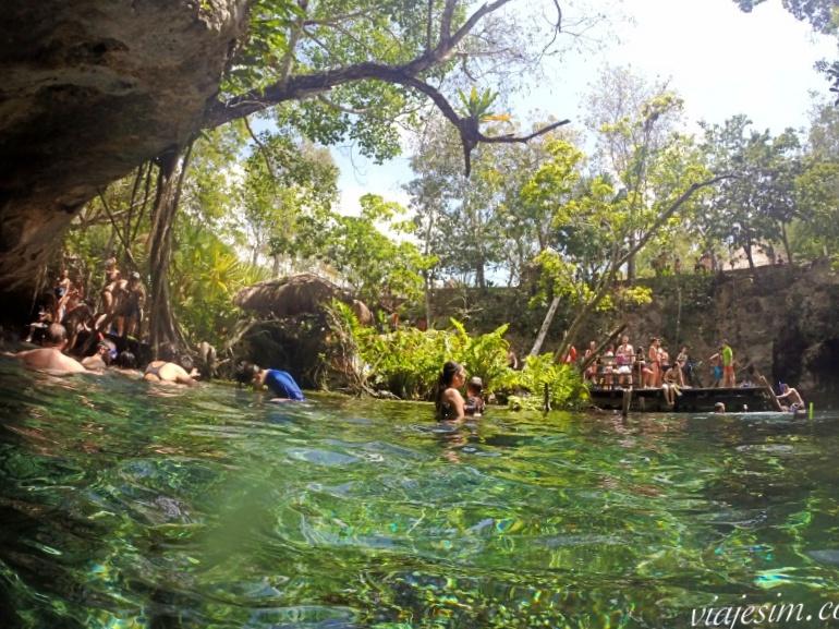 Mãe e bebê de 1 ano nadando no Grand Cenote em Tulum no México