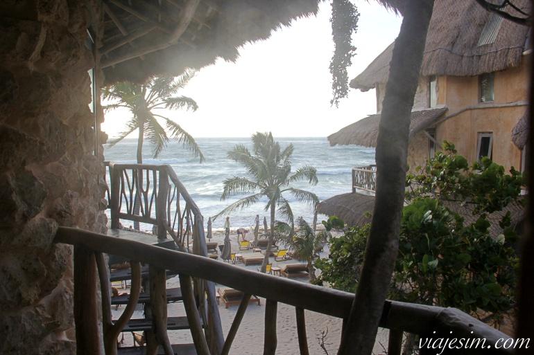 Vista do mar e praia em Tulum a partir da varanda do quarto do hotel Alaya