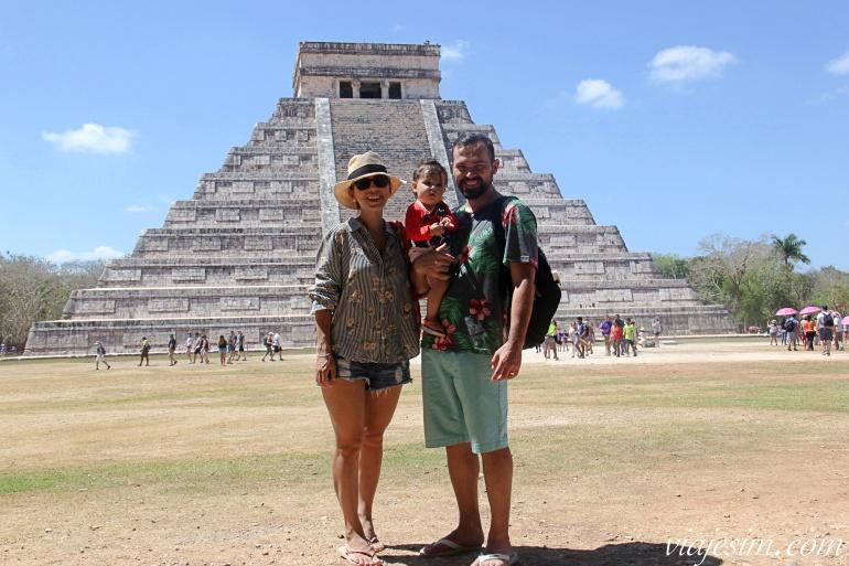 Família com bebê em frente à pirâmide principal de Chichén Itzá