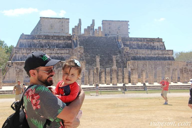 Pai e bebê sorriem nas ruínas de Chichén Itzá no México
