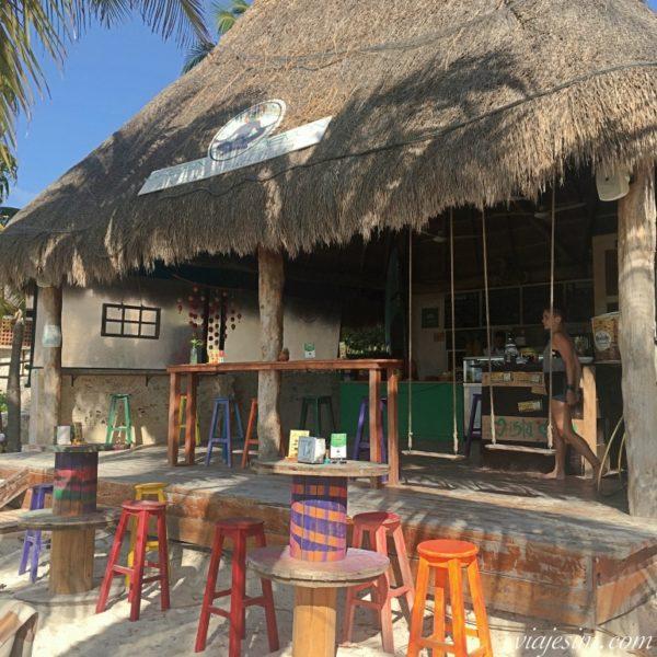 Restaurante com teto de palha e balanços charmosos na Playa Norte, em Isla Mujeres