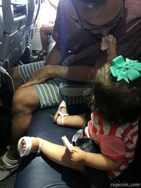 Bebê sentada em poltrona no avião