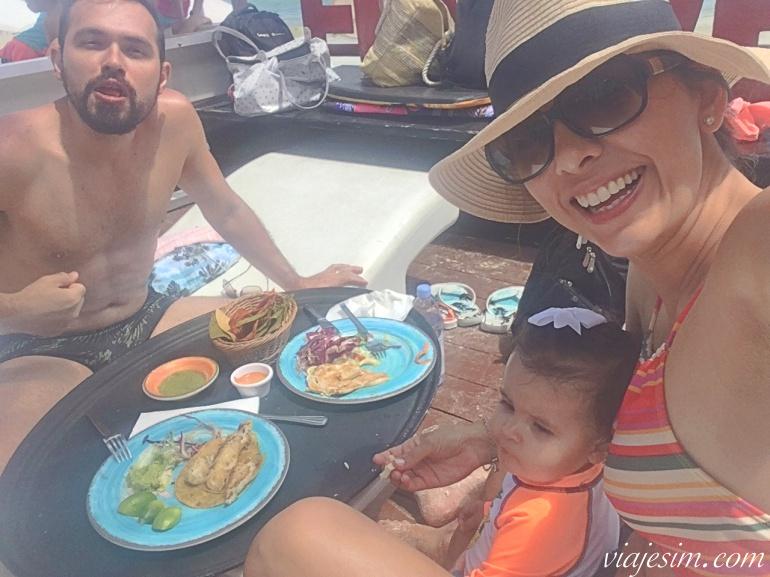 Família com bebê almoçando em clube em Playa del Carmen