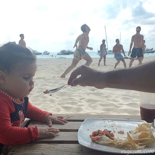 Bebê comendo na praia