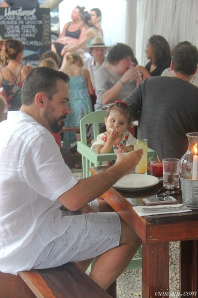 Pai e filha jantam em restaurante Hartwood em Tulum