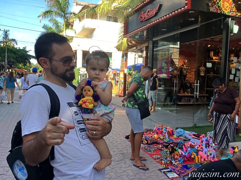 Pai e filha com bonequinha mexicana em Playa del Carmen