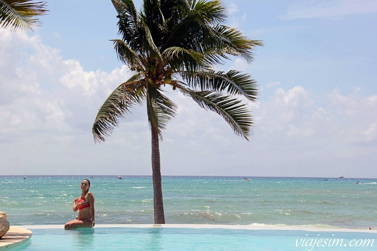 Mulher em piscina de borda infinita à beira-mar em Playa del Carmen no México