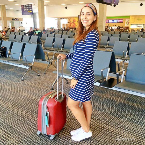 mulher grávida no saguão de embarque do aeroporto Galeão no Rio