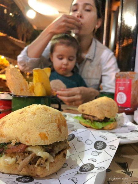 Bebê e mãe comendo no A Pão de queijaria em Belo Horizonte