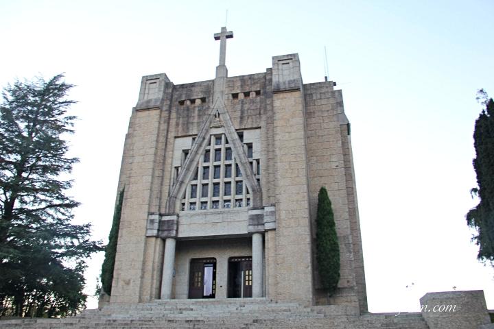 Santuário da Penha visto durante o dia: arquitetura moderna com linhas retas