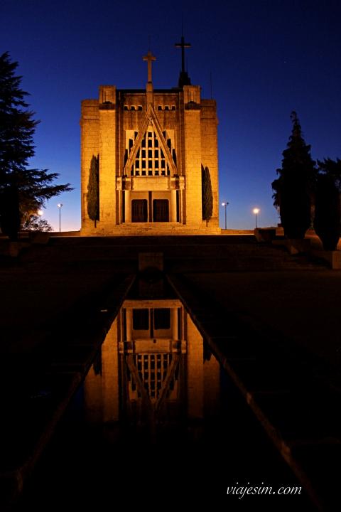 Santuário da Penha à noite visto pelos fundos, onde há um canal de água
