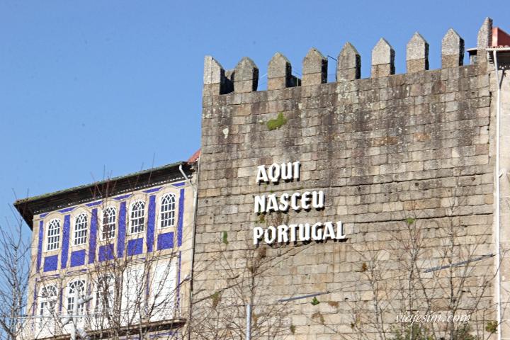 local onde está escrito aqui nasceu portugal em guimarães